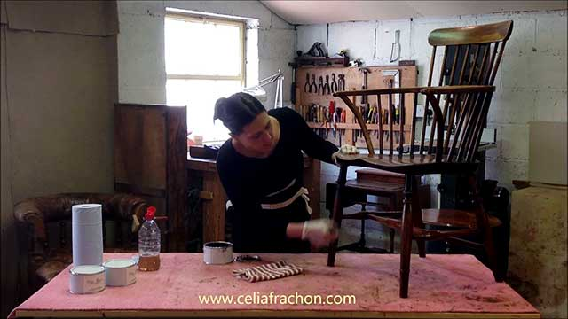 Célia Frachon presents a video showing you how to clean and wax furniture.
